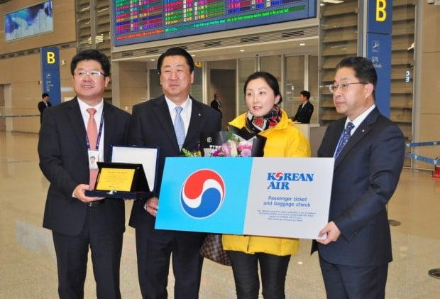 1일 새벽 대한항공 새해 첫 고객인 중국인 위페이 씨(오른쪽 두번째)가 대한항공 임직원 등 관계자들과 함께 기념 촬영을 하고 있다.  /사진=연합뉴스