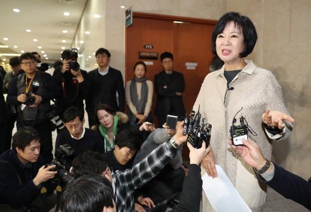 손혜원 의원이 20일 국회 정론관 앞에서 목포 부동산 투기 의혹 관련 질의에 답변하고 있다. / 사진=연합뉴스