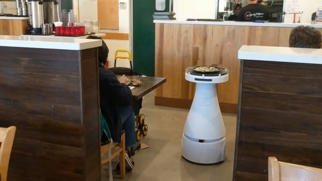 서빙 로봇 '페니'가 한 음식점에서 음식을 서빙하고 있다(사진=베어로보틱스 유튜브)