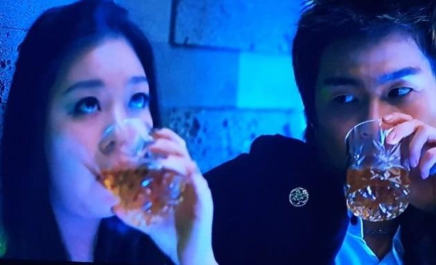 클럽에서 한 여성의 술에 몰레 물뽕을 타서 마시게 하는 장면 _ 출처 영화 '아저씨'
