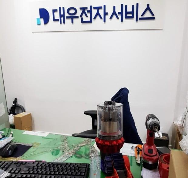 다이슨은 다른 업체(대우전자서비스)에 외주를 주는 방식으로 수리를 진행하고 있다. 전국에 44개의 센터가 있는데 서울에만 7개가 있다. 수도권으로 범위를 넓히면 17개가 된다. 전체 서비스 센터의 3분의 1 이상이 수도권에 있는 셈이다.