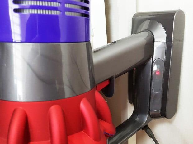 다이슨 V10 플러피 플러스 무선청소기가 구입 3개월 만에 멈췄다. 빨간색 불빛만 깜빡일 뿐 충전도, 작동도 되지 않았다.