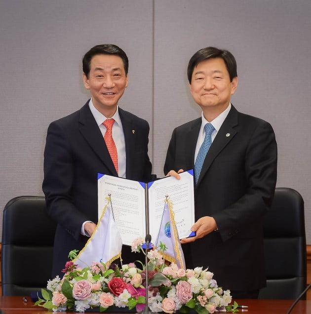 왼쪽부터 권용원 금투협회장과 허경구 한국해외인프라도시개발지원공사 사장