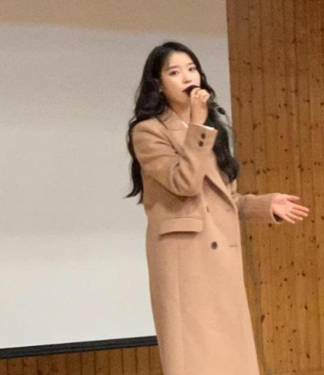 아이유 팬 졸업식 참석 /사진=아이유 공식 트위터