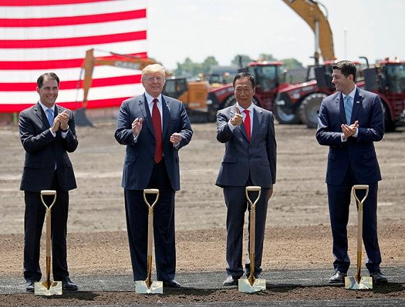 지난해 6월 미국 위스콘신주에서 트럼프 대통령과 나란히 선 궈타이밍 폭스콘 회장