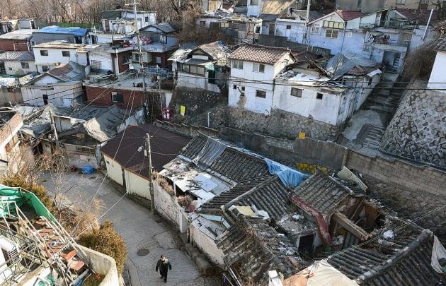 재개발을 추진하다 서울시의 한양도성 성곽 보존 방침으로 사업이 일방적으로 중단된 종로구 사직2구역. 한경DB