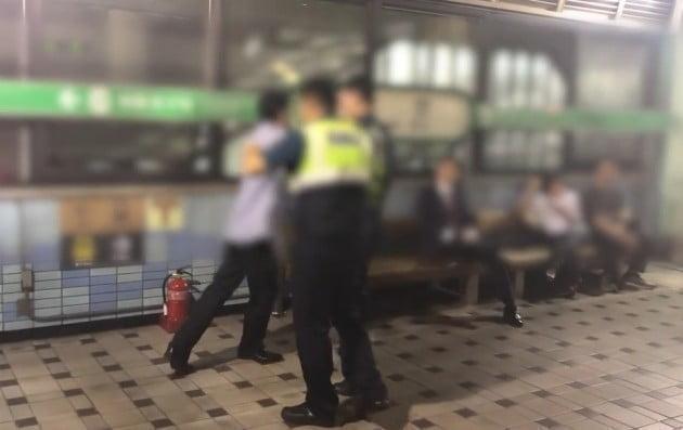 지하철역에서 난동을 부리는 취객을 제압한 일반인 영상이 감동을 주고 있다 _ 출처 보배드림