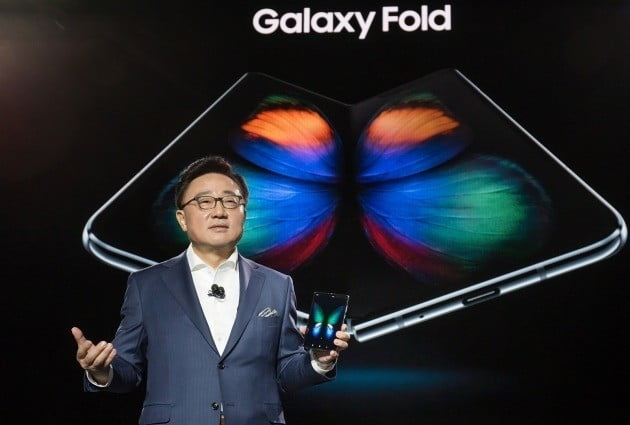 갤럭시 폴드 소개하는 삼성전자 고동진 IM부문장(사진=삼성전자 제공)