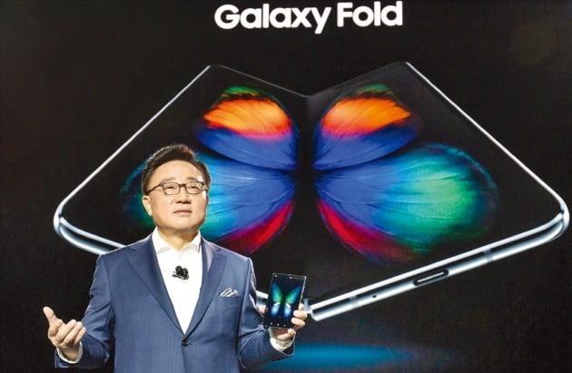 고동진 삼성전자 사장이 지난 20일(현지시간) 미국 샌프란시스코에서 열린 '갤럭시S10 언팩' 행사에서 인폴딩 방식의 갤럭시 폴드를 소개했다. / 출처=삼성전자 제공