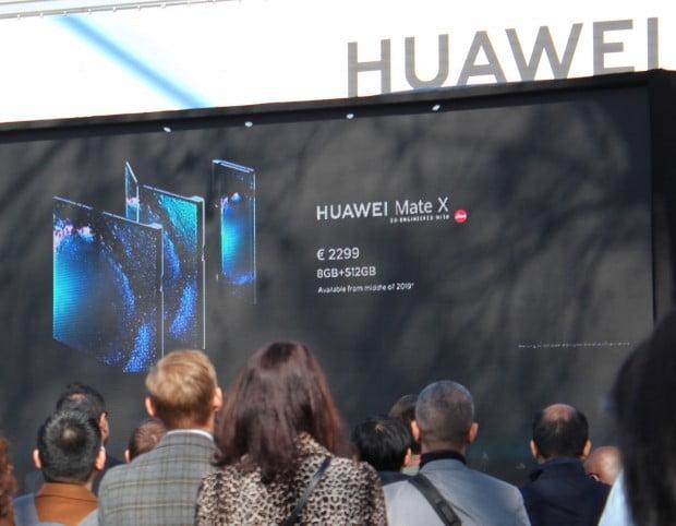 화웨이가 24일(현지시각) 5G(5세대 이동통신) 폴더블폰 '메이트X'를 공개했다. 메이트X는 11mm의 두께로 접으면 6.6인치, 펼치면 8인치의 대화면을 자랑한다. 가격은 2299유로(약 290만원)로 삼성전자 갤럭시 폴드(250만원선) 보다 50만원 가량 비싸다.