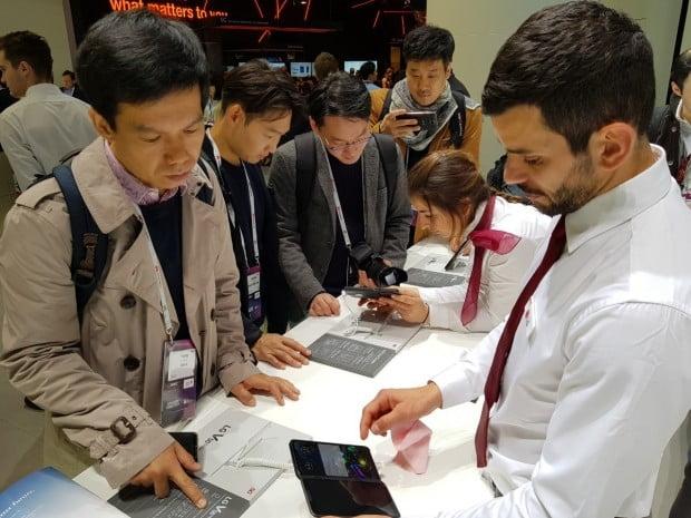 LG전자가 24일 스페인 바르셀로나에서 듀얼 스크린폰 V50 씽큐 5G를 공개했다. LG전자 MWC 전시장은 듀얼 스크린폰을 체험하기 위한 인파로 붐볐다.