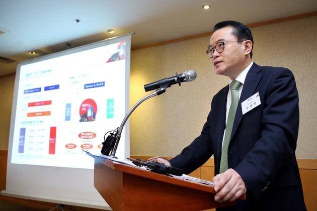 구영우 한국리테일투자운용 대표가 27일 서울 여의도에서 열린 기자간담회에서 설명하고 있다. (자료 = 웨버샌드윅)