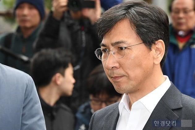 김지은씨 성폭행 혐의로 징역형을 선고받고 법정 구속된 안희정 전 충남지사/사진=변성현 기자