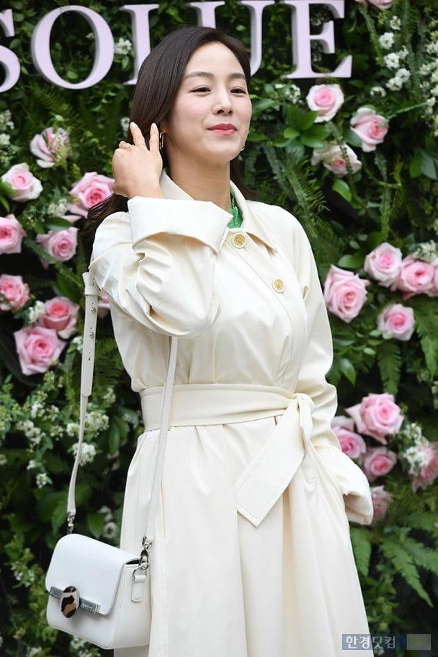 [포토] 문정원, '꽃과 인연이 많아요~'