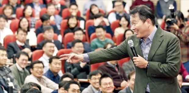 최태원 SK그룹 회장이 서울 종로 SK서린빌딩에서 열린 '행복 토크'에서 구성원들과 행복실천 방안들에 대해 토론하고 있다.  SK 제공