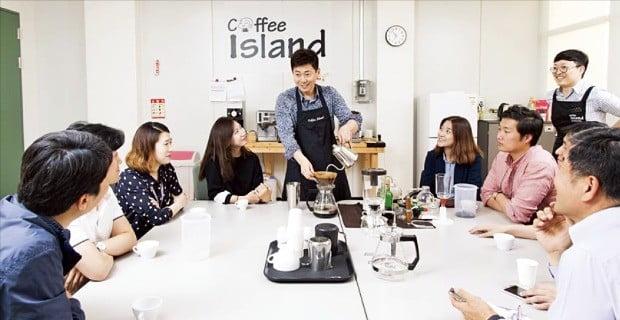 삼성전자는 다양한 사내 동아리를 지원하고 있다. 커피 동호회 '커피 아일랜드' 회원들이 커피 전문가를 초빙해 커피에 대해 배우고 있다. 삼성전자 제공