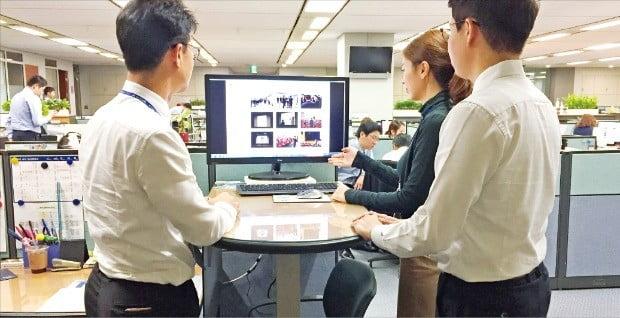 현대자동차는 '스마트 보고' 시스템을 통해 업무 효율성을 높이고 있다. 직원들이 화면을 보며 대화를 주고받고 있다.  현대차 제공