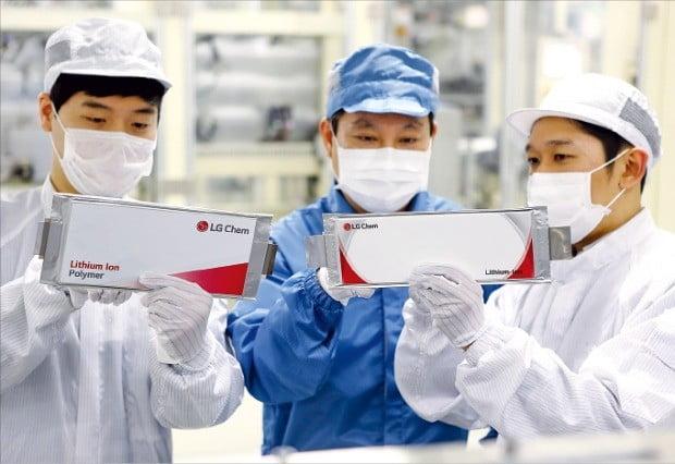 LG화학 오창 1공장 직원들이 전기차 배터리 완제품을 살펴보고 있다. 한경DB
