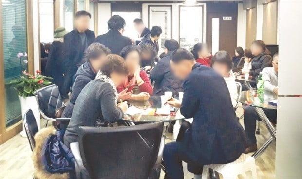 지난달 29일 서울 선릉역 인근의 한 오피스텔에서 신종 페이업체 A사의 투자설명회가 열렸다. 설명회 전 하위 판매원들이 신규 투자자와 상담하고 있다.     /조아란 기자