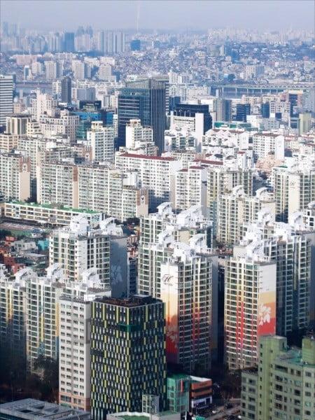 """한국경제신문이 부동산 전문가 50명을 대상으로 한 상반기 부동산시장 전망 설문조사에서 전문가 5명 중 4명은 """"서울 주택 구매 시기를 늦추라""""고 조언했다. 올 들어 일부 고가 아파트의 실거래 가격이 3억~4억원가량 하락한 서울 강남구 일대.  /한경DB"""