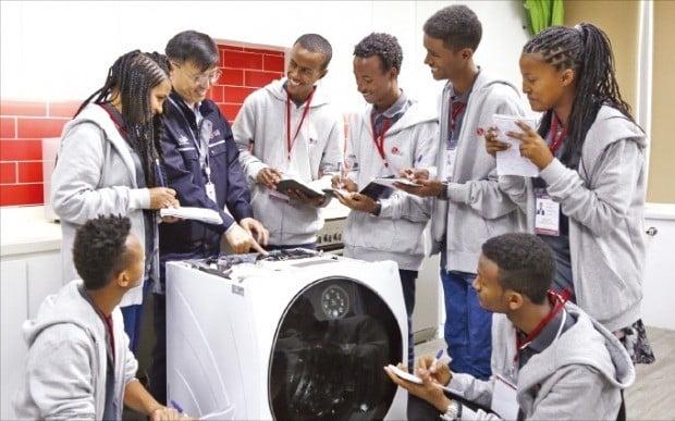 에티오피아 학생들이 7일 두바이 중동아프리카서비스법인에서 LG 시그니처 세탁기 수리 방법에 관한 설명을 듣고 있다.  /LG전자  제공
