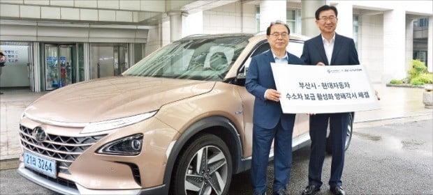 오거돈 부산시장(왼쪽)과 이원희 현대자동차 대표가 지난해 9월 7일 부산시청에서 '수소전기차 보급 활성화와 수소충전 인프라 구축을 위한 상호 협력'을 체결했다.  /현대자동차 제공