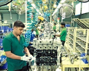 현대차 인도 첸나이 공장에서 근로자들이 작업을 하고 있다.  /현대차 제공