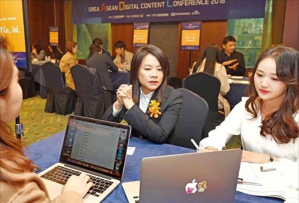 과학기술정보통신부 주최로 지난해 10월 서울 잠실 롯데호텔월드 크리스탈볼룸에서 열린 '한·아세안 디지털콘텐츠 콘퍼런스 2018' 비즈니스 상담회에 참가한 한국과 아세안 기업 관계자들이 공동 제작 및 투자 방안 등을 논의하고 있다.  /한경DB