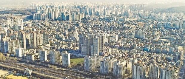 부동산 경기침체로 거래가 끊기면서 서울지역 아파트 매매와 전세 가격이 속절없이 떨어지고 있다. 입주 물량이 한꺼번에 몰리면서 전셋값이 큰 폭으로 떨어진 강동구 일대.  /한경DB