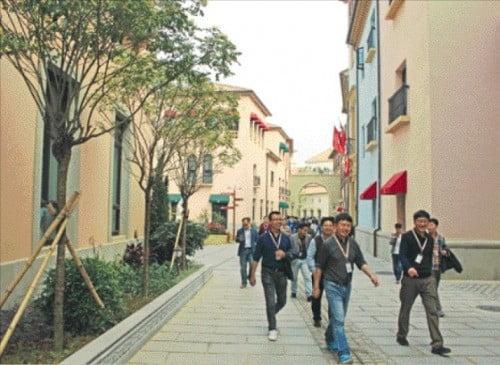 화웨이 연구원들이 중국 시춘 연구개발(R&D) 캠퍼스를 거닐고 있다. /노경목 특파원