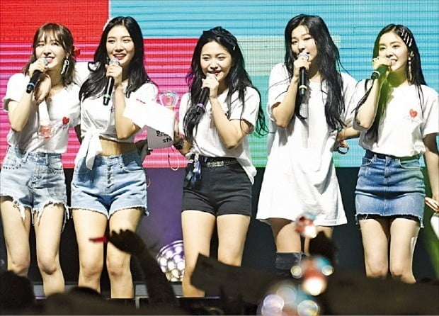 레드벨벳이 지난 8일 미국 로스앤젤레스 패서디나 시빅 오디토리엄에서 공연하고 있다.    /SM엔터테인먼트 제공