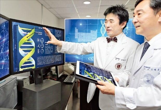 이상헌 고려대안암병원 교수(왼쪽)가 정밀의료 병원정보시스템(P-HIS)을 소개하고 있다.  /고려대의료원 제공