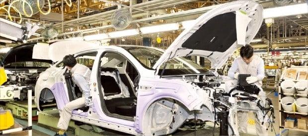 르노삼성자동차 노사 갈등이 장기화하면서 협력사들까지 공멸할지 모른다는 위기감이 커지고 있다. 부산공장 직원들이 차량을 조립하고 있다.  /한경DB