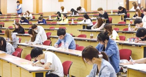 지난해 한양대 서울캠퍼스에서 시행한 외국인 유학생 입학시험에서 수험생들이 논술시험을 치르고 있다.  /한양대  제공