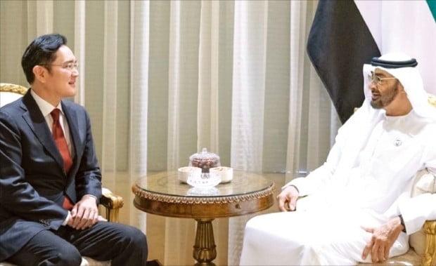 이재용 삼성전자 부회장(왼쪽)이 11일(현지시간) 아랍에미리트(UAE) 수도 아부다비에 있는 알샤티 궁전에서 무함마드 빈 자이드 알나흐얀 아부다비 왕세제와 면담하고 있다. 알나흐얀 왕세제가 자신의 트위터에 사진을 올렸다.