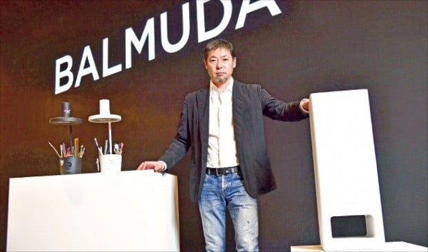 데라오 겐 발뮤다 최고경영자(CEO)가 12일 서울 용산 드래곤시티호텔에서 LED 조명 '더 라이트'(왼쪽)와 공기청정기 신제품 '더 퓨어'를 선보이고 있다.  /발뮤다  제공