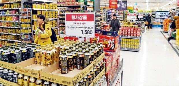 온라인 쇼핑 확산으로 오프라인 매장을 찾는 소비자들이 줄면서 대형마트가 위기를 겪고 있다. 12일 서울의 한 대형마트는 대대적인 가격할인 행사를 내걸었지만 한산한 모습이었다.  /허문찬  기자 sweat@hankyung.com