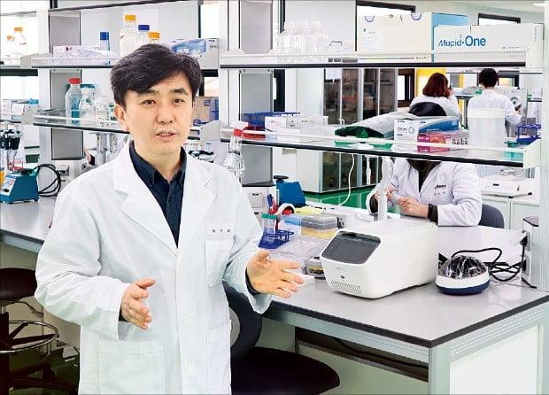 최철희 셀렉스라이프사이언스 대표가 대전 관평동 본사 연구소에서 엑소좀 기반 신약 개발 상황을 설명하고 있다. 셀렉스라이프사이언스  제공