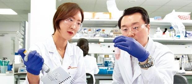 경기 성남시 판교테크노밸리에 있는 SK바이오팜 생명과학연구소 연구원들이 실험을 하고 있다.  /SK바이오팜 제공