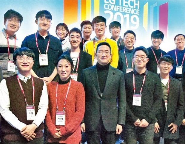 구광모 LG그룹 회장(앞줄 가운데)이 지난 13일 서울 마곡동 LG사이언스파크에서 열린 'LG 테크 콘퍼런스'에서 초청 인재들과 함께 기념사진을 찍고 있다.  /LG그룹 제공