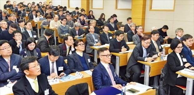 < 경제학자들 한자리에… >  14일 서울 성균관대에서 '한국 경제, 정부 정책의 평가와 포용적 성장의 과제'를 주제로 열린 '2019 경제학 공동학술대회'에서 참석자들이 주제발표를 듣고 있다.  /강은구 기자 egkang@@hankyung.com