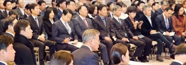 문재인 대통령이 14일 청와대 영빈관에서 열린 '자영업·소상공인과의 대화'에서 참석자들의 애로사항을 듣고 있다. 이날 행사에는 전국 36개 자영업·소상공인 협회 및 단체, 자영업자와 소상공인, 지원기관 관계자 등 160여 명이 참석했다.  /허문찬 기자 sweat@hankyung.com