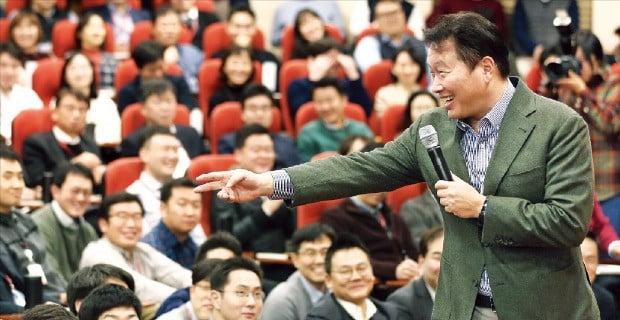 최태원 SK그룹 회장이 지난달 8일 열린 '행복토크' 행사에서 임직원과 대화하고 있다.  /SK 제공