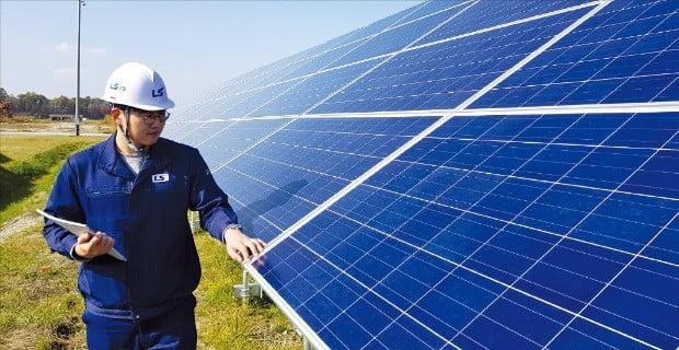LS산전 직원이 일본 홋카이도 지토세시에 설치된 태양광 발전소를 점검하고 있다.  LS산전  제공