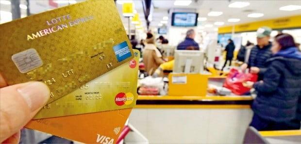 카드회사들이 최근 통신사, 대형마트 등에 카드 수수료를 인상하겠다고 통보해 분쟁이 발생하고 있다. 17일 서울의 한 대형마트에서 고객들이 카드로 결제하고 있다.  /김영우  기자  youngwoo@hankyung.com
