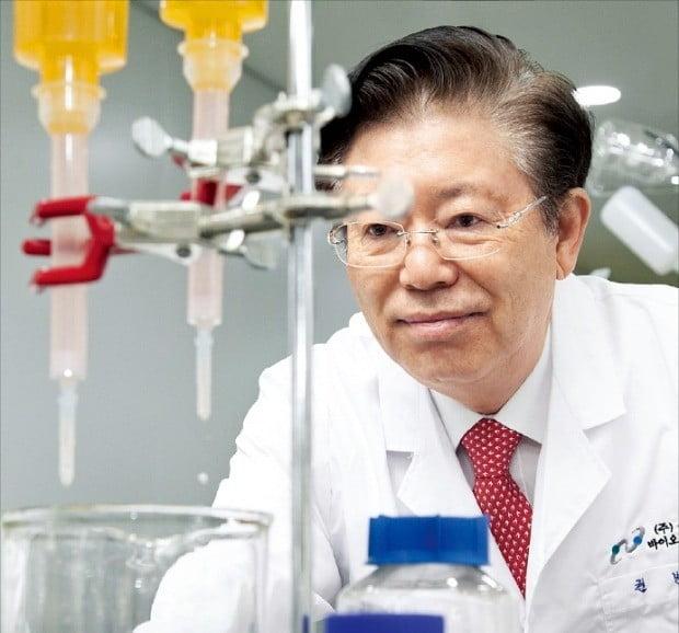 권병세 유틸렉스 대표가 본사 연구소에서 신약 후보물질 개발 상황을 설명하고 있다.  /유틸렉스 제공