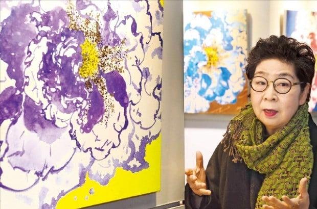 이신호 화백이 서울 중림동 한경갤러리의 개인전에 출품한 자신의 작품 '바람의 꽃'을 설명하고 있다. /김범준 기자 bjk07@hankyung.com