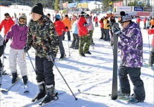 젊은층 발길 줄어드는 한국 스키장, 동남아 관광객으로 빈자리 메우나