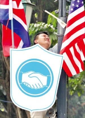 베트남 하노이시 영빈관 인근에 있는 가로등에 시 관계자가 미국 성조기와 북한 인공기를 나란히 걸고 있다.  /연합뉴스