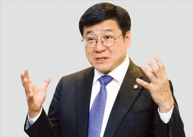 """이찬희 대한변호사협회 회장 당선자는 19일 한국경제신문과의 인터뷰에서 """"변호사업계의 내우외환은 원칙과 약속으로 풀어나가야 한다""""고 말했다. /강은구 기자 egkang@hankyung.com"""
